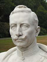 Knipoog reuni augustus 2003 buste van keizer Wilhelm II in Doorn
